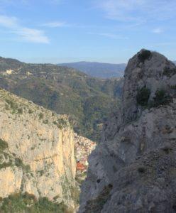 Tra le rocce, Canolo in lontananza